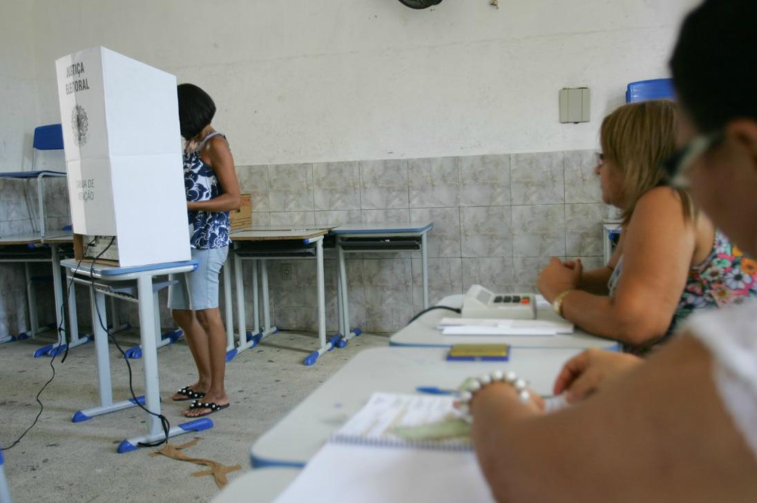 Resultado de imagem para fotos de eleitor votando