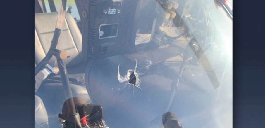 Helicóptero de TV é atingido por tiro e faz pouso emergencial no Rio