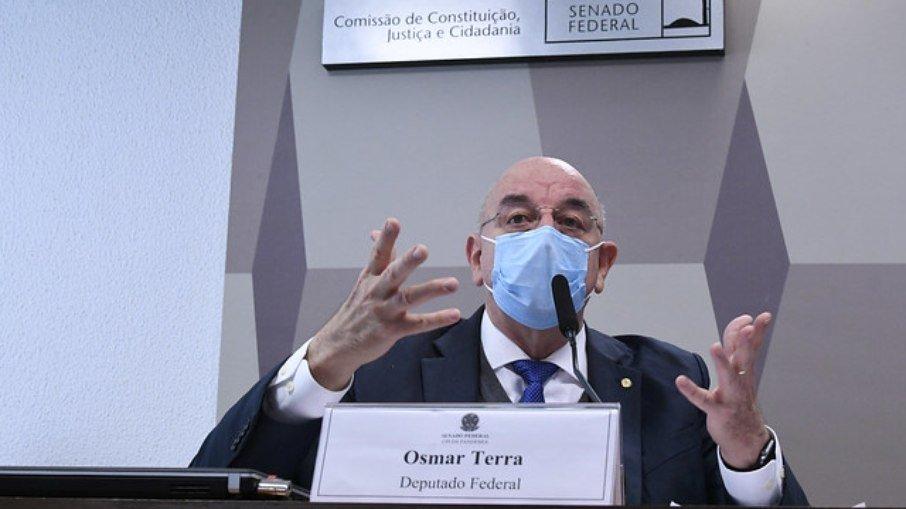 Terra defende que imunidade adquirida pela covid é melhor que vacina