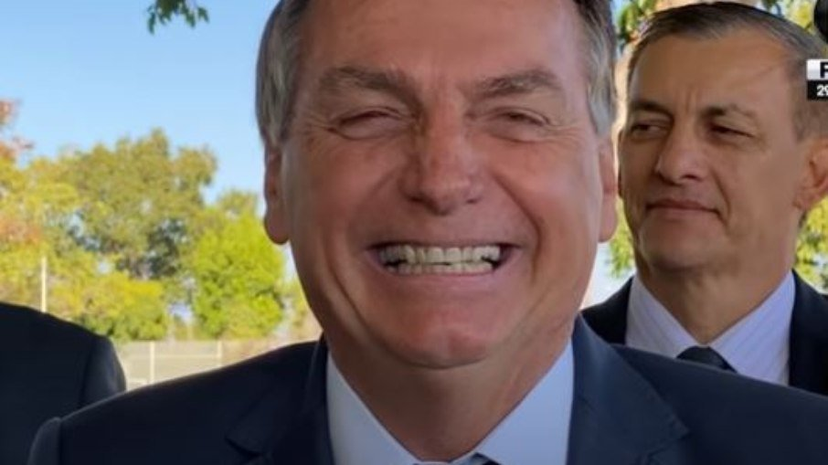 Bolsonaro ri do caso de Joice Hasselmann, no qual ela teve seis fraturas